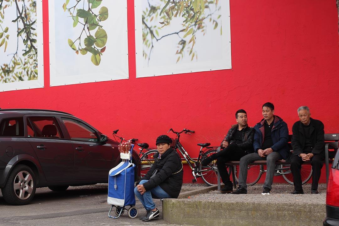 普拉託中國街上,華人常聚、聊天和找工作的廣場。