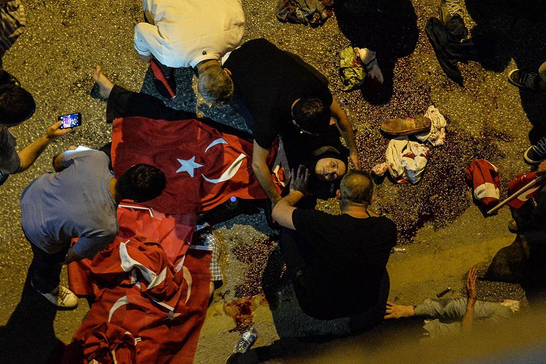 一名土耳其婦人在市內一條軍方接管的大橋上中槍。