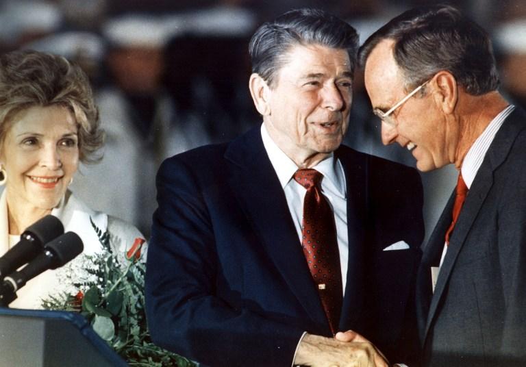 圖為1988年6月3日,列根和副總統布殊在馬利蘭州空軍基地握手。