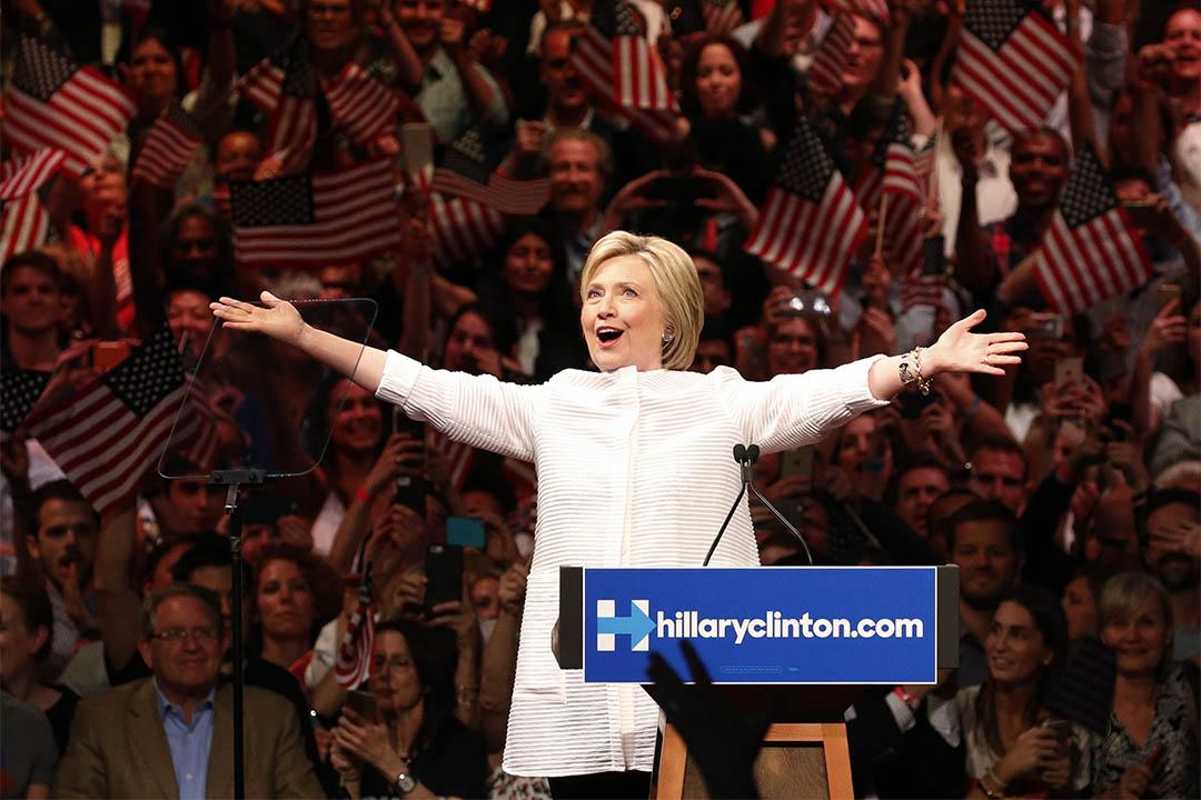 圖為2016年6月7日,美國紐約,希拉莉在競選活動中準備演說。