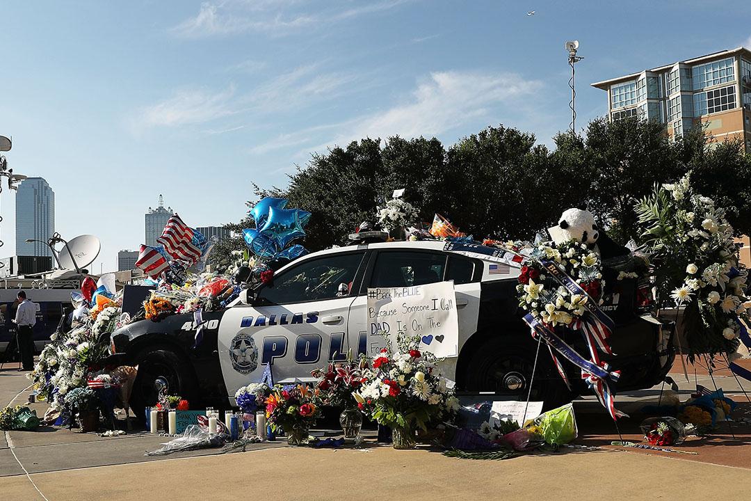 達拉斯一輛警車,被放滿鮮花和字條,記念殉職警員。
