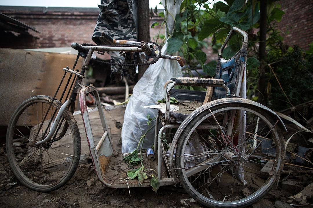邢台市大賢村,李壽芳和高素革兩夫婦回到家裡收拾雜物。高素革的有個患軟骨病的弟弟,站不起來,走不動路,平時騎著車子四處乞討,在洪水來到村裡當晚被淹死了。