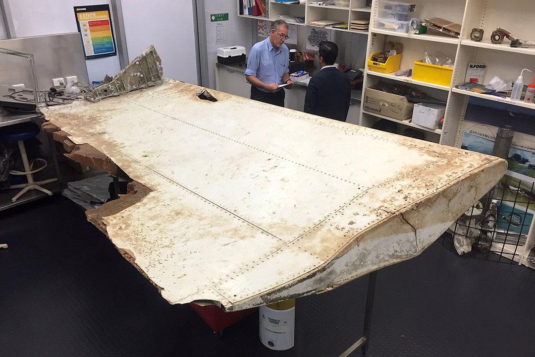 2016年7月20日,澳洲坎培拉,澳洲及馬來西亞調查人員正在檢查,六月下旬在坦桑尼亞附近奔巴島發現疑是馬航失蹤客機MH370的殘骸。