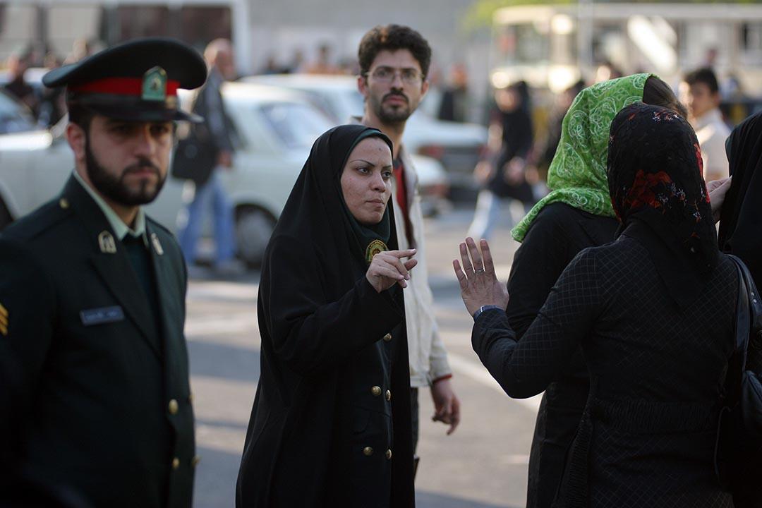 伊朗女警對一位年輕女子的衣服和髮型作出警告。