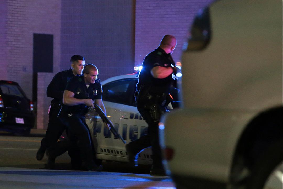 達拉斯警察在市內展開追捕。