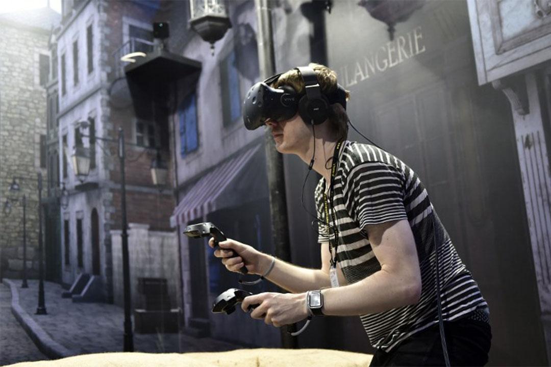 2016年6月1日,台北一個電腦展上,一名參觀者試用VR虛擬實境眼鏡。