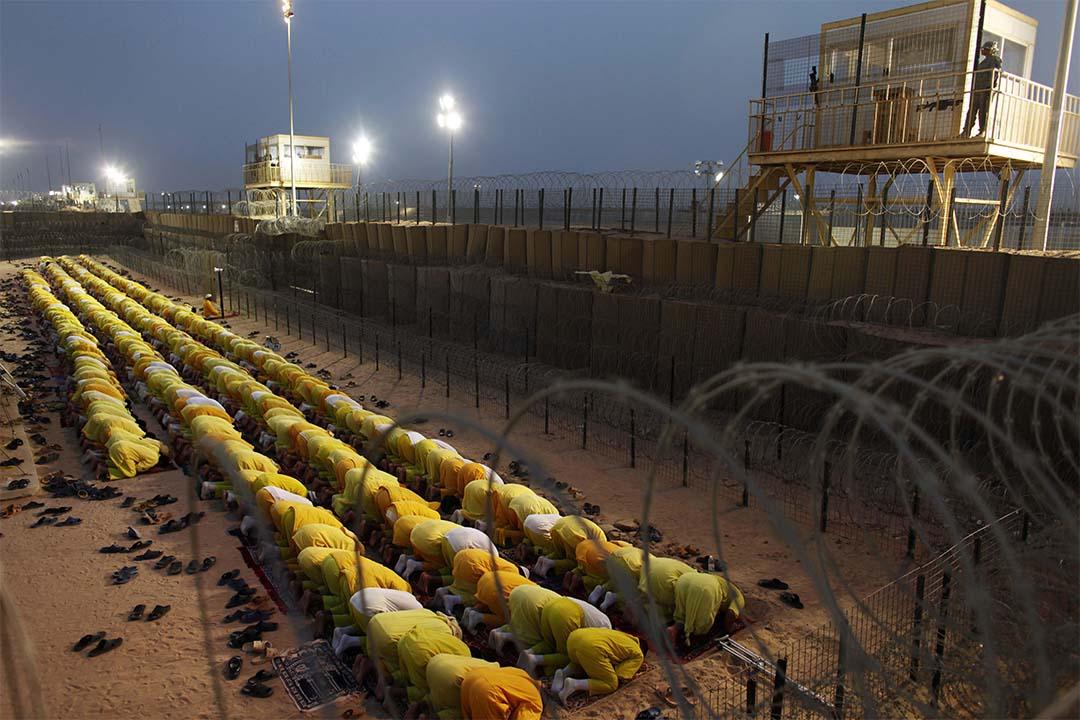 圖為2009年3月16日,囚犯在美軍監獄布卡營(Camp Bucca)中祈禱。