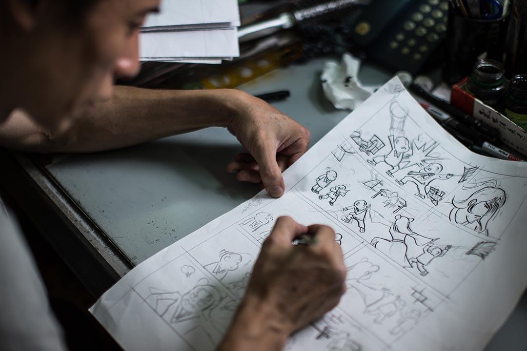8歲的時候,他接觸到黃玉郎繪畫以市井小孩為主角的漫畫《小流氓》,一下子被吸引了,從此愛上「畫公仔」。