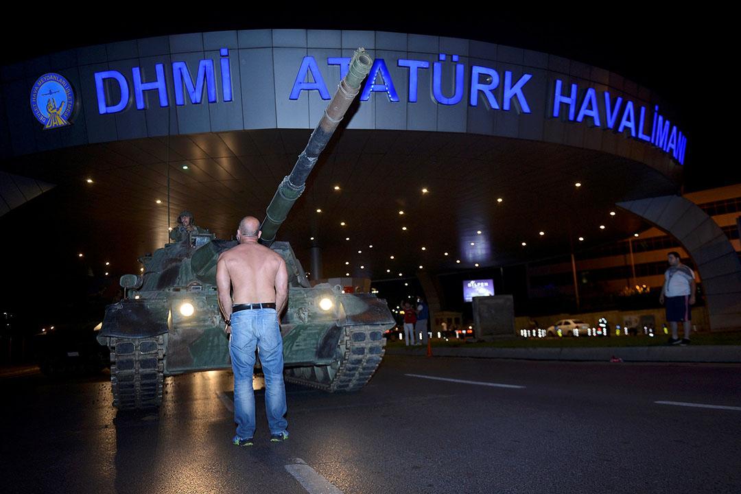 在機場,有人阻止坦克前進。