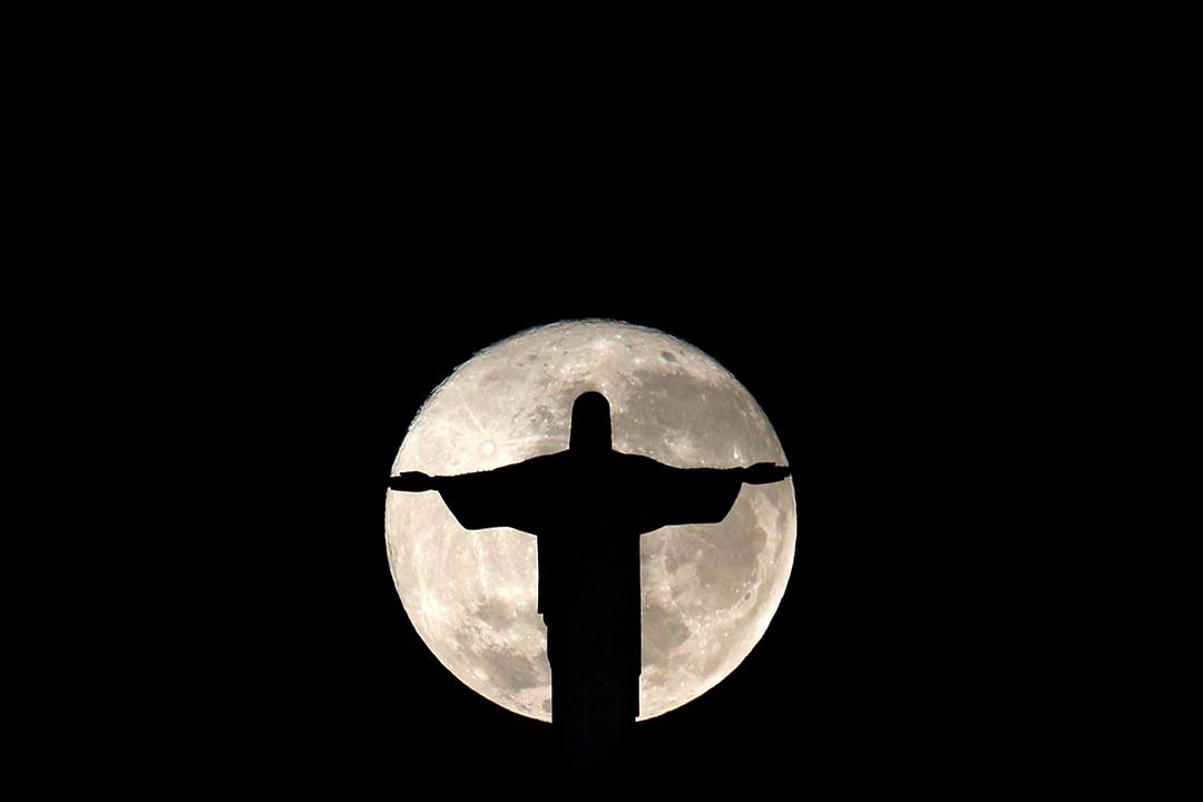 2016年7月19日,巴西里約熱內盧,月亮下的耶穌像。