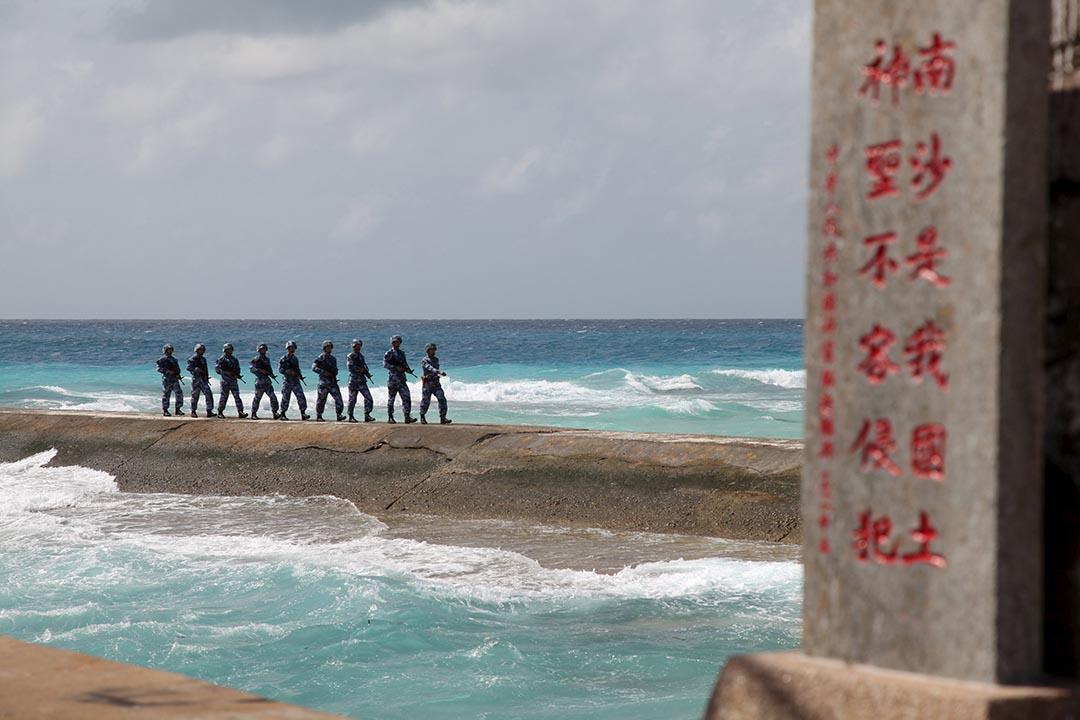 中國人民解放軍在南沙群島南沙群島上巡邏。
