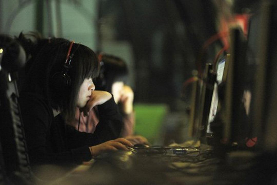 圖為北京一名女士在網吧中使用電腦。