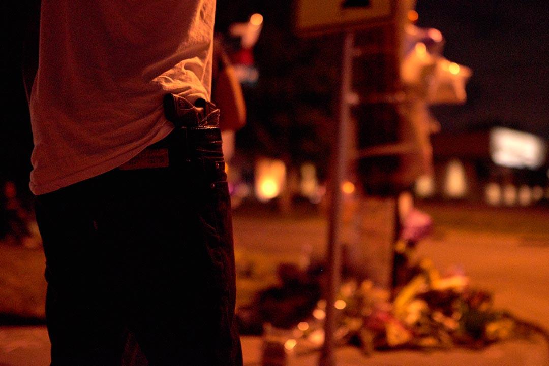 一名出席卡斯蒂爾(Philando Castillo)悼念活動的示威者褲袋插了一把手槍。