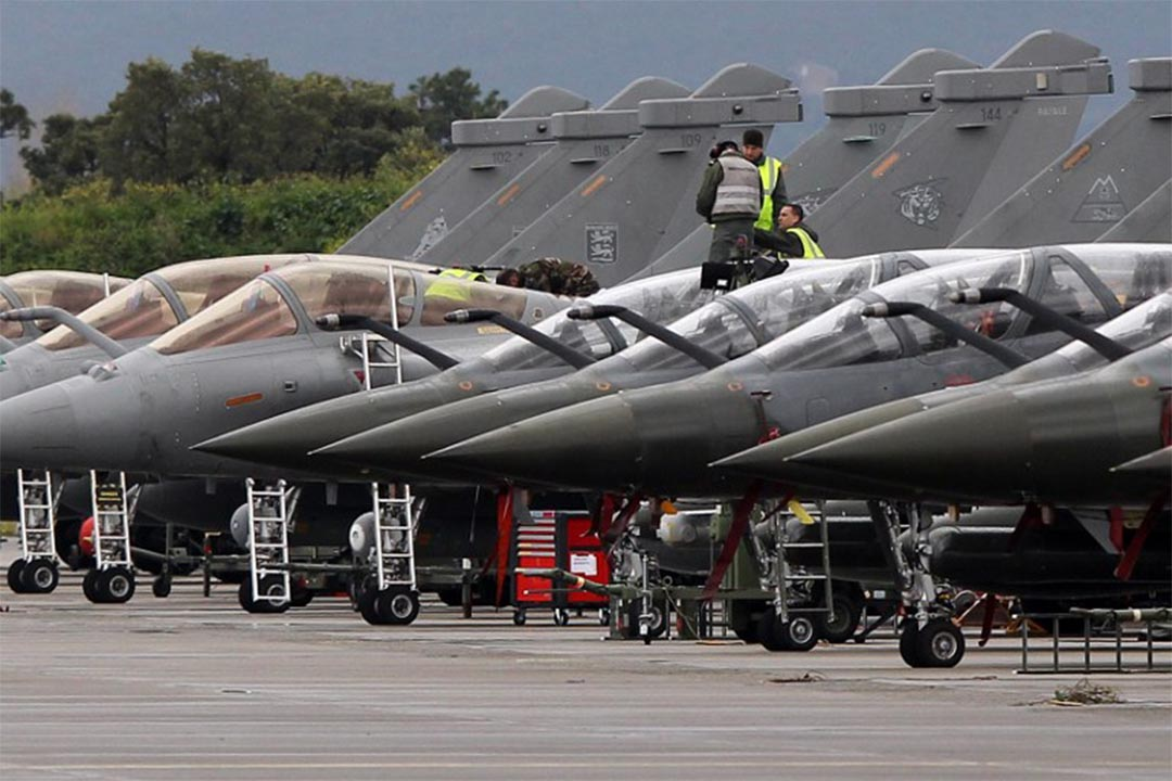 2016年3月17日,科西嘉島上,以北約成員國為主的軍事演習前,技術人員正在檢查戰機。