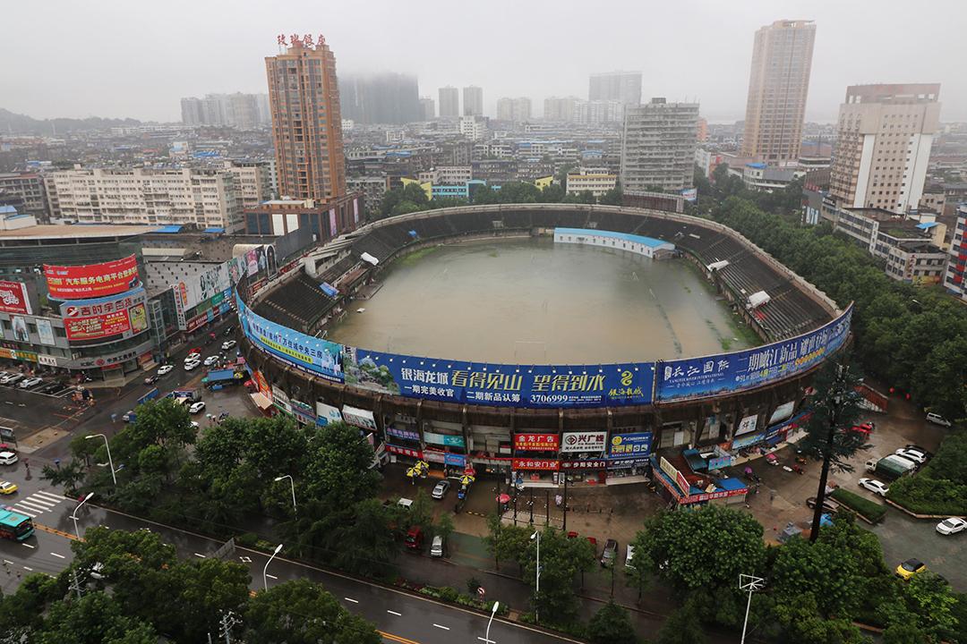 湖北省,一個運動場在大雨後被雨水淹沒。
