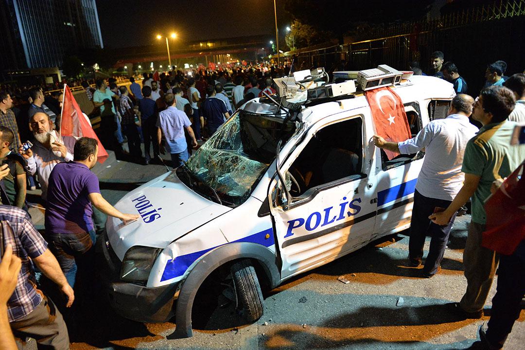 一輛警車受到破壞。