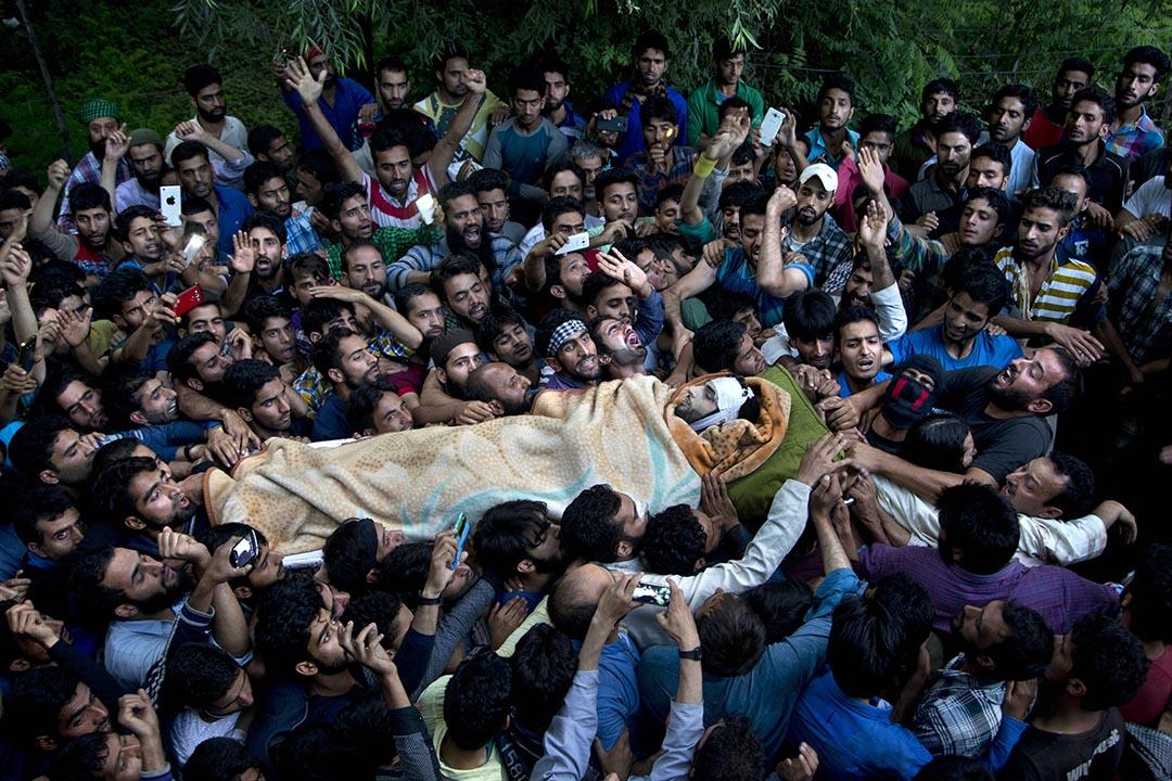 市民抬著Burhan Wani的屍體。