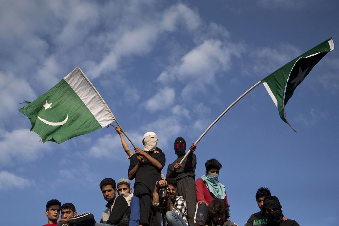 喀什米爾人在印度最大反抗軍領袖Burhan Wani的葬禮上揮動巴基斯坦國旗。