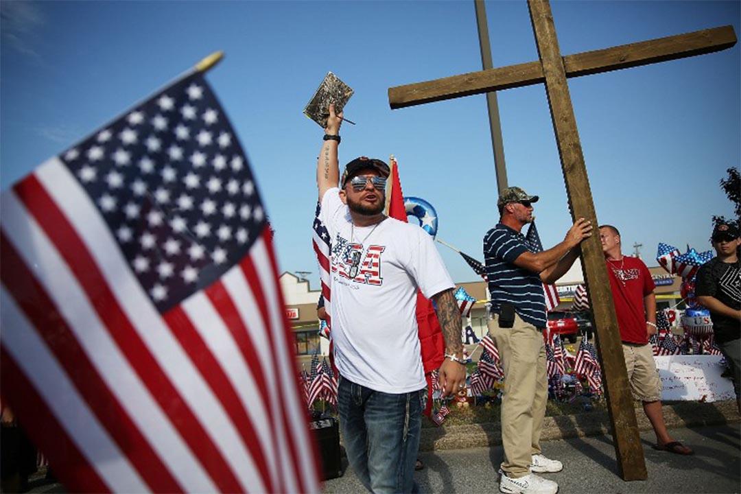 2015年7月19日,美國田納西州,有福音派信徒去到一個槍擊事件發生地點傳道。