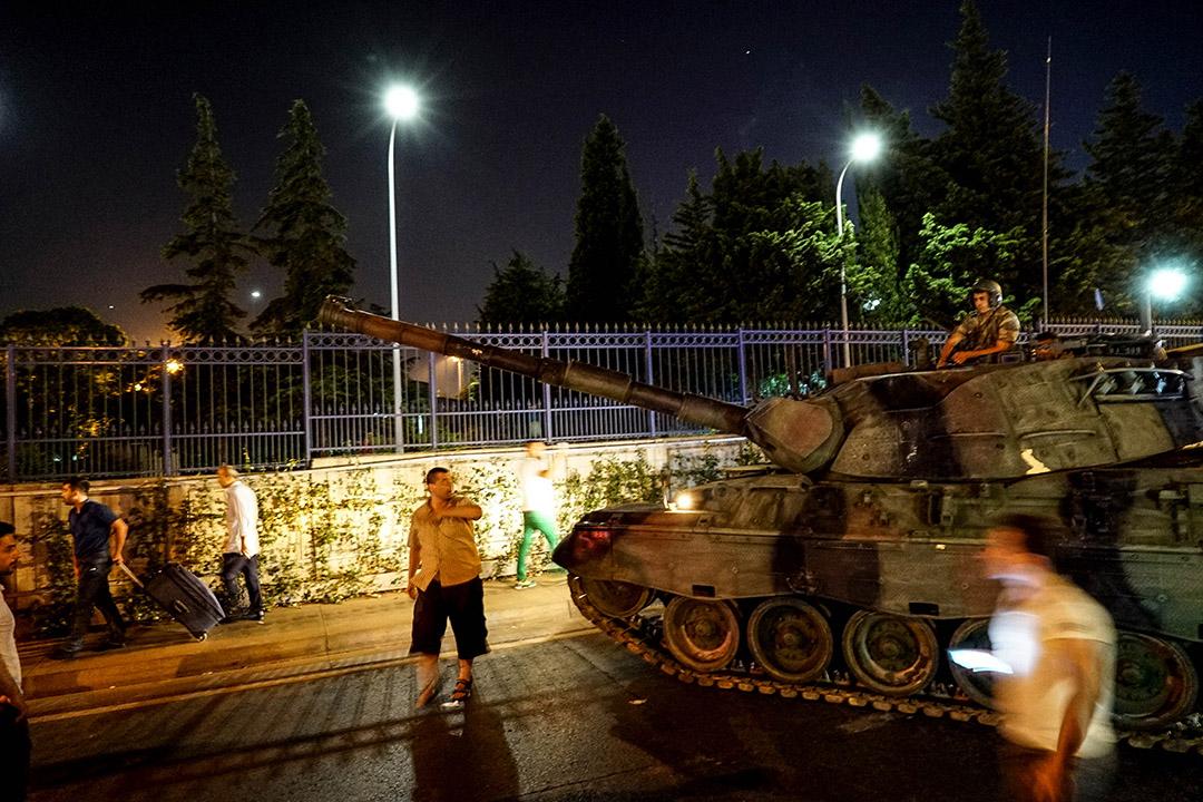 市民在軍方坦克附近聚集。