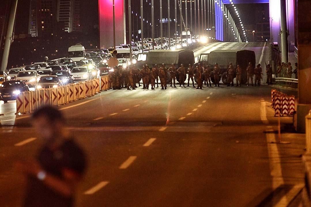 軍隊封鎖大橋。