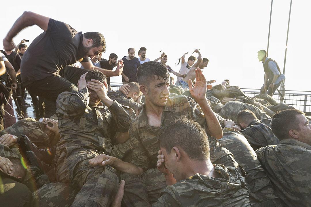 2016年7月16日,土耳其伊斯坦堡,佔領大橋的士兵投降後,市民和警察對他們施以暴力。