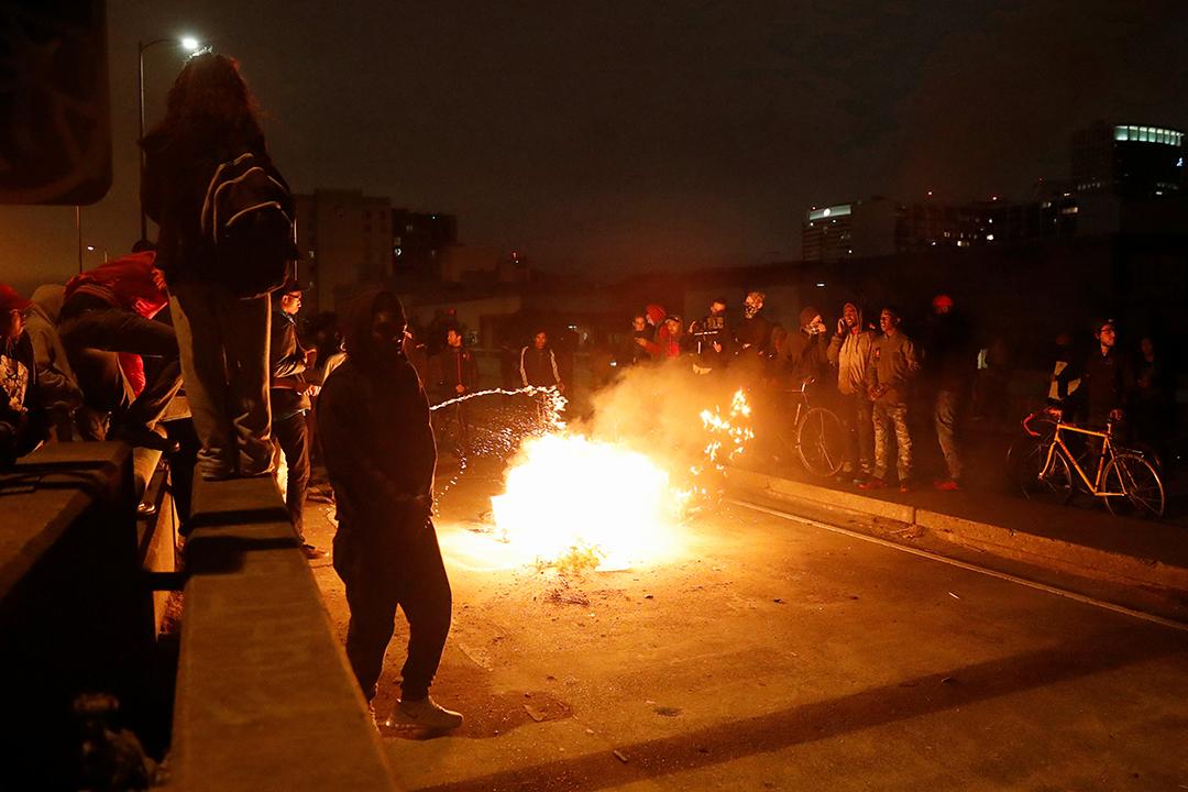示威者在加州奧克蘭880公路放火。