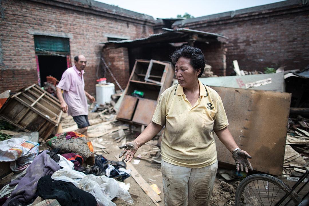 李壽芳和高素革兩夫婦回到家裡收拾雜物。