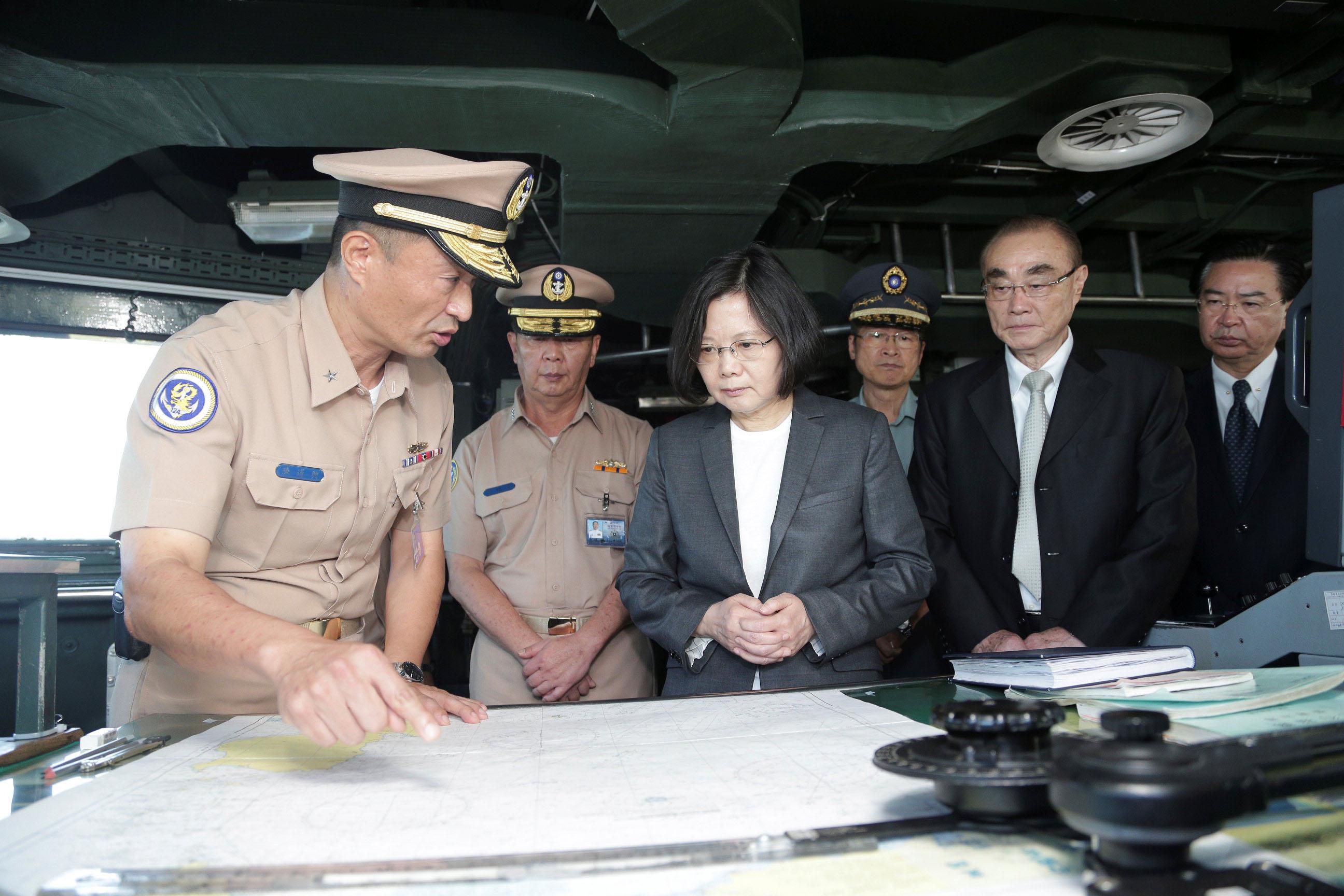 2016年7月13日,台灣總統蔡英文登上將啟航南海,執行偵巡任務的康定級軍艦「迪化軍艦」。