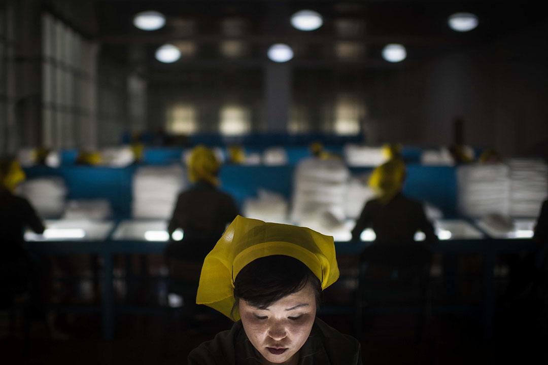 北韓平壤,紡織女工在工作。