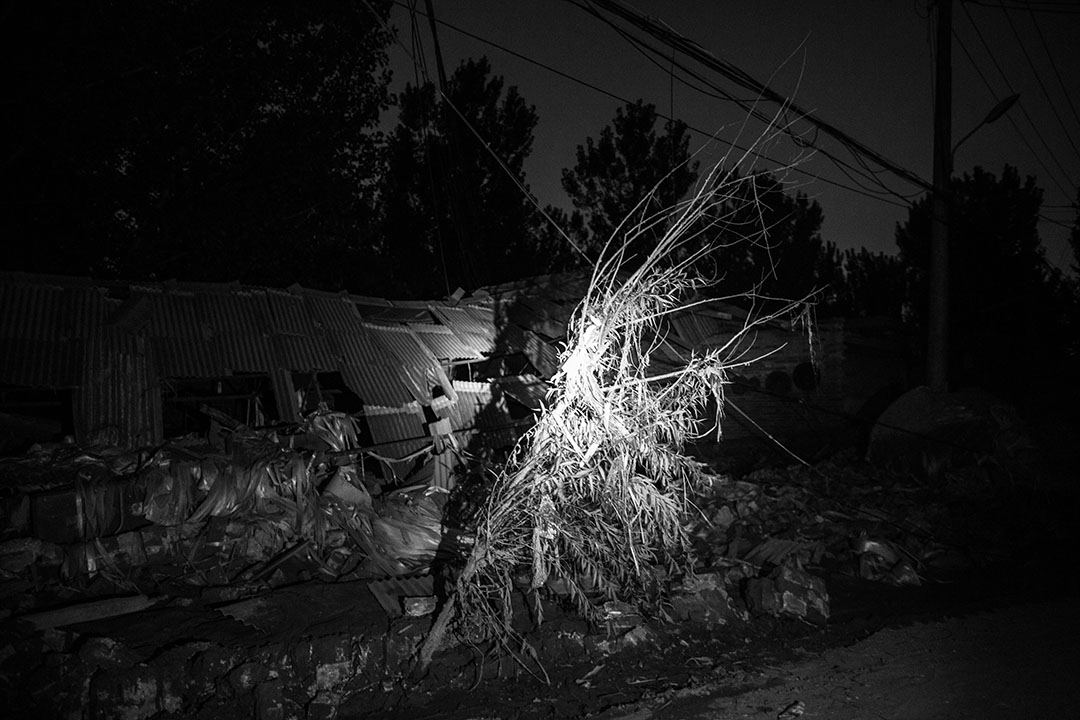 河北邢台大賢村洪災過後的晚上,電力仍然未修復,居民以手電筒在村內照明,及搜索失蹤親人。