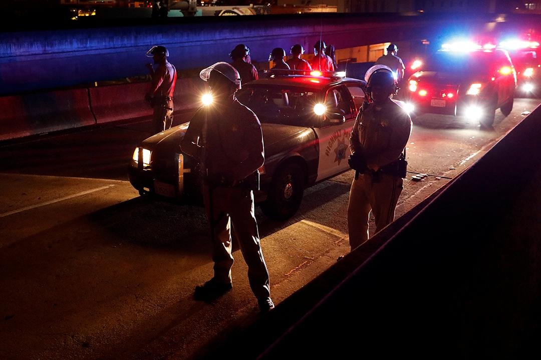 警方在加州奧克蘭880公路戒備。
