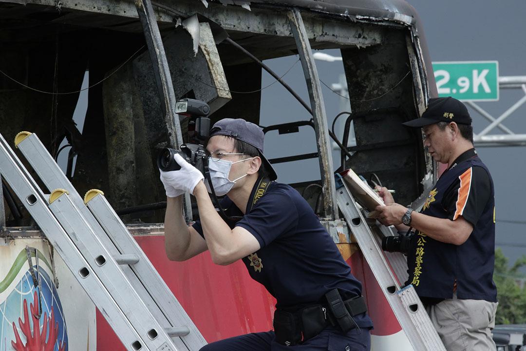 鑑識人員於陸客遊覽車火燒車事故現場進行蒐證。