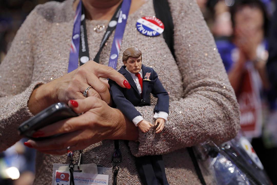 支持者手持川普(Donald Trump)造型的玩偶。
