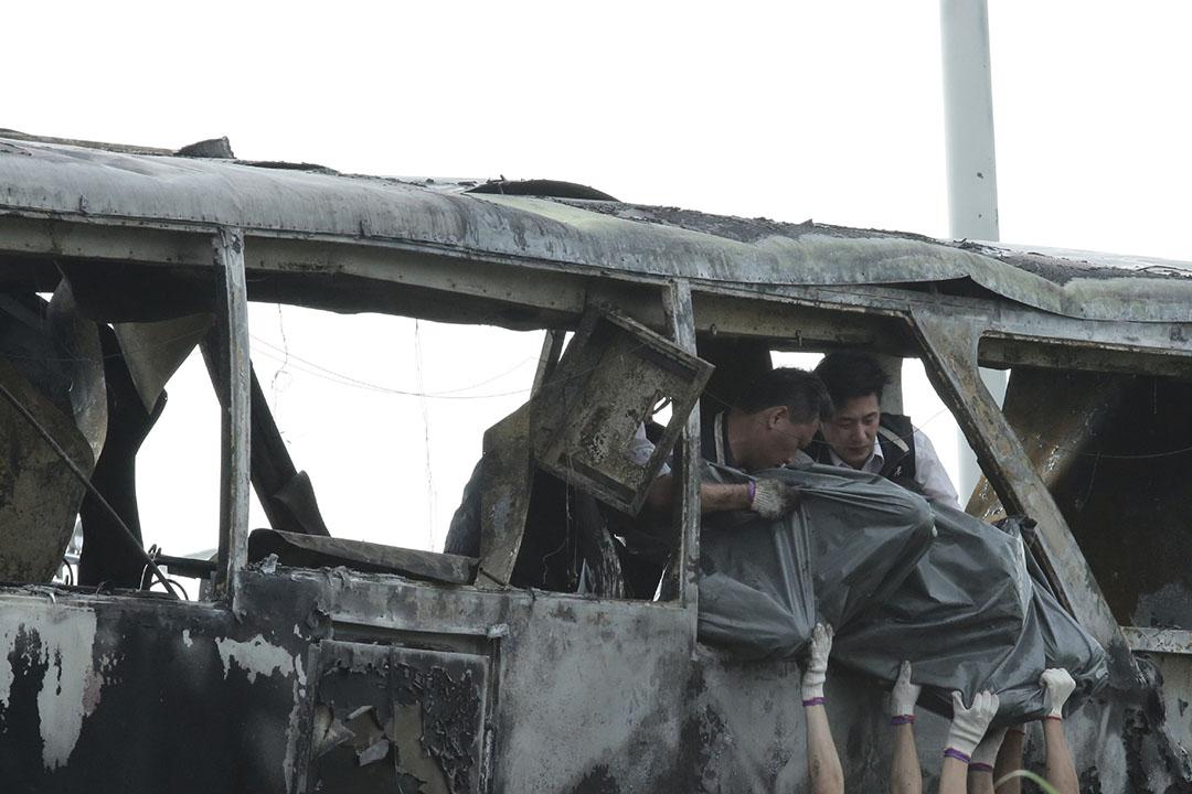 2016年7月19日,台灣,工作人員把旅遊巴失事意外死者遺體抬出車箱。