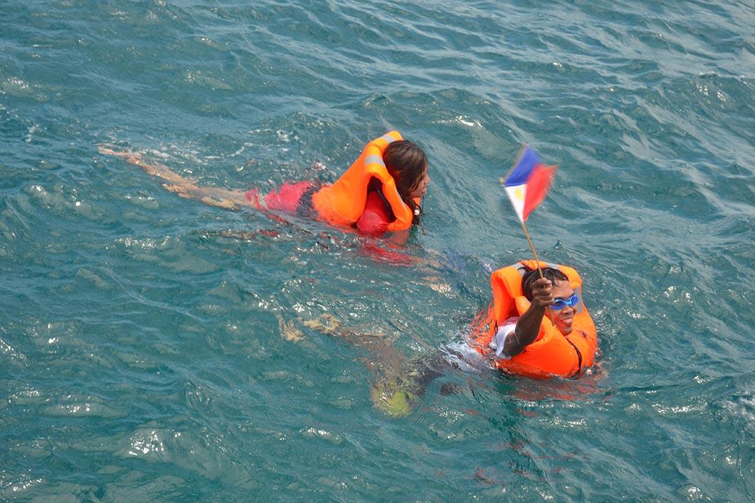 「Kalayaan Atin Ito」組織成員於船上跳入南海爭議海域,宣示該海域應屬於菲律賓的訴求。
