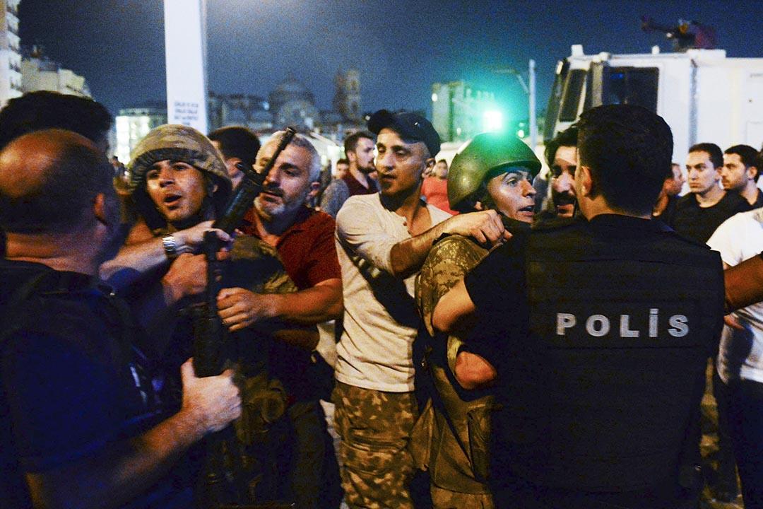 市民轉交警察被拘捕的土耳其士兵。