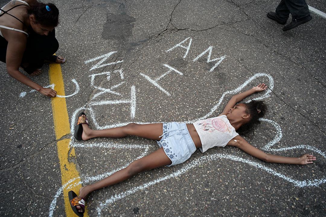 示威者在明尼蘇達州聖保羅市州長官邸外抗議警察。