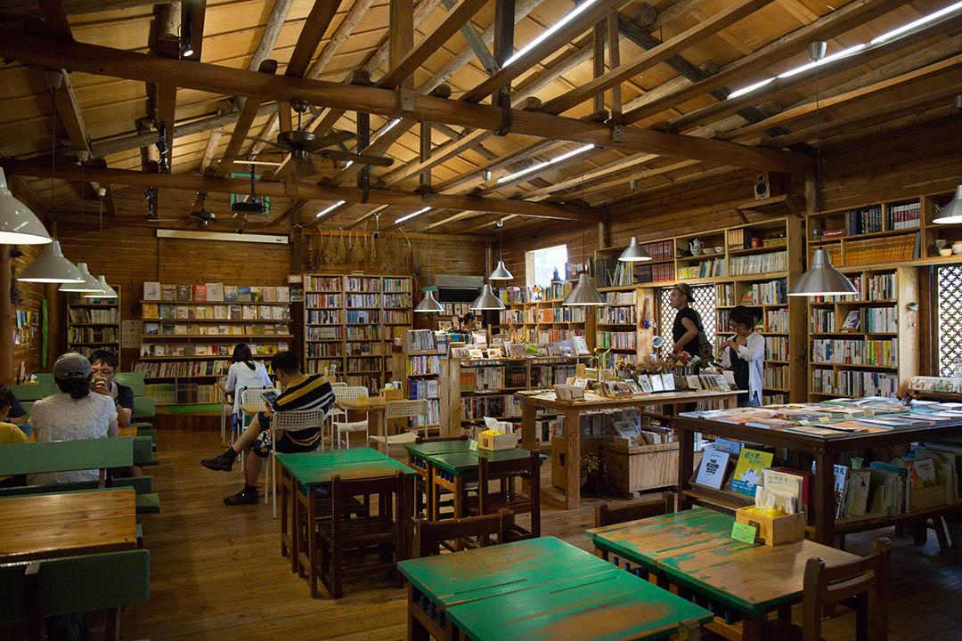 書院裡頭木質地的裝潢讓人感到放鬆。