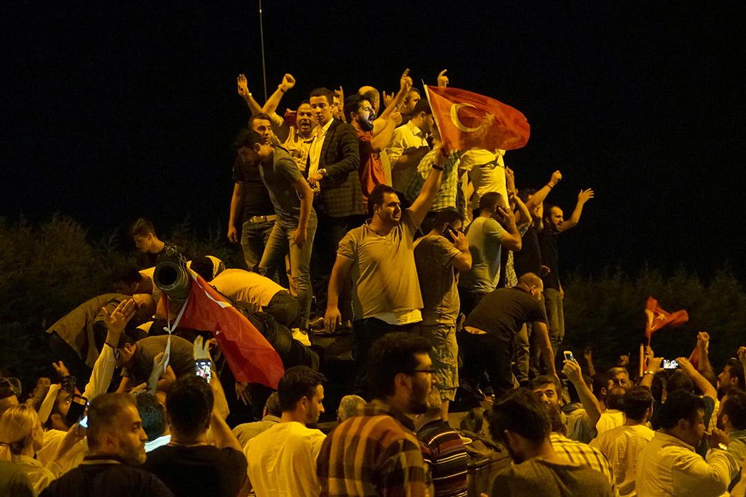 總統埃爾多安支持者手持國旗上街。