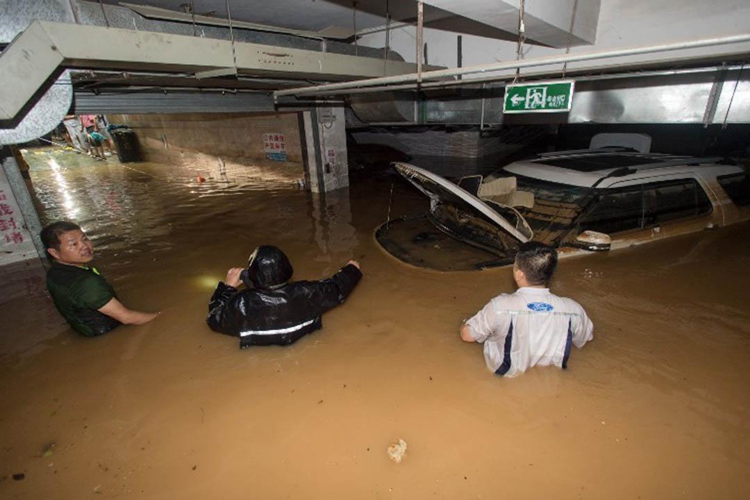 中國湖北省武漢一個淹水的停車場。