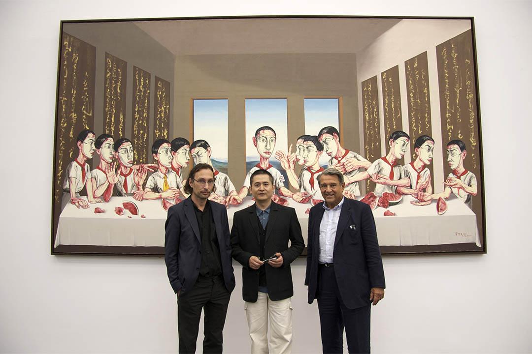 08奧運「我們的未來:尤倫斯基金會收藏展」中,尤倫斯老先生、曾梵志和  ShanghART畫廊老闆Lorenz Helbling在《最後的晚餐》前。
