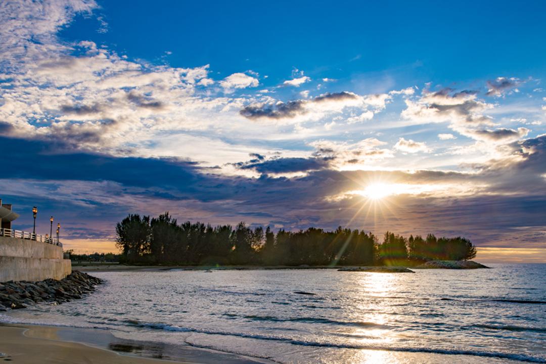 走到北濱沙灘上看夕陽。