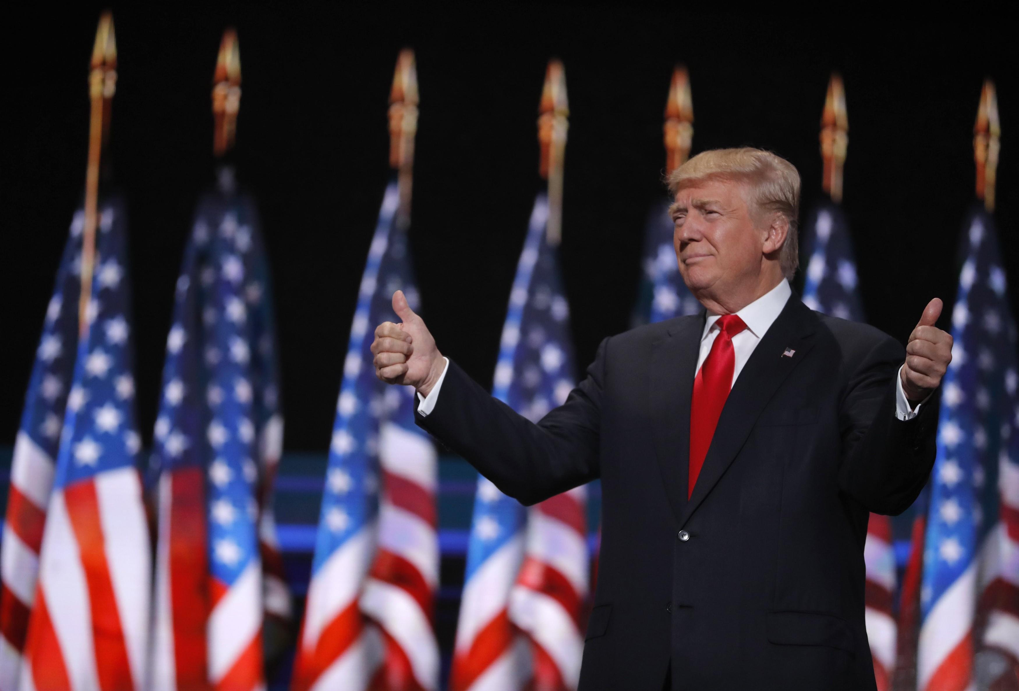 2016年7月21日,美國共和黨全國代表大會上,特朗普豎起拇指。