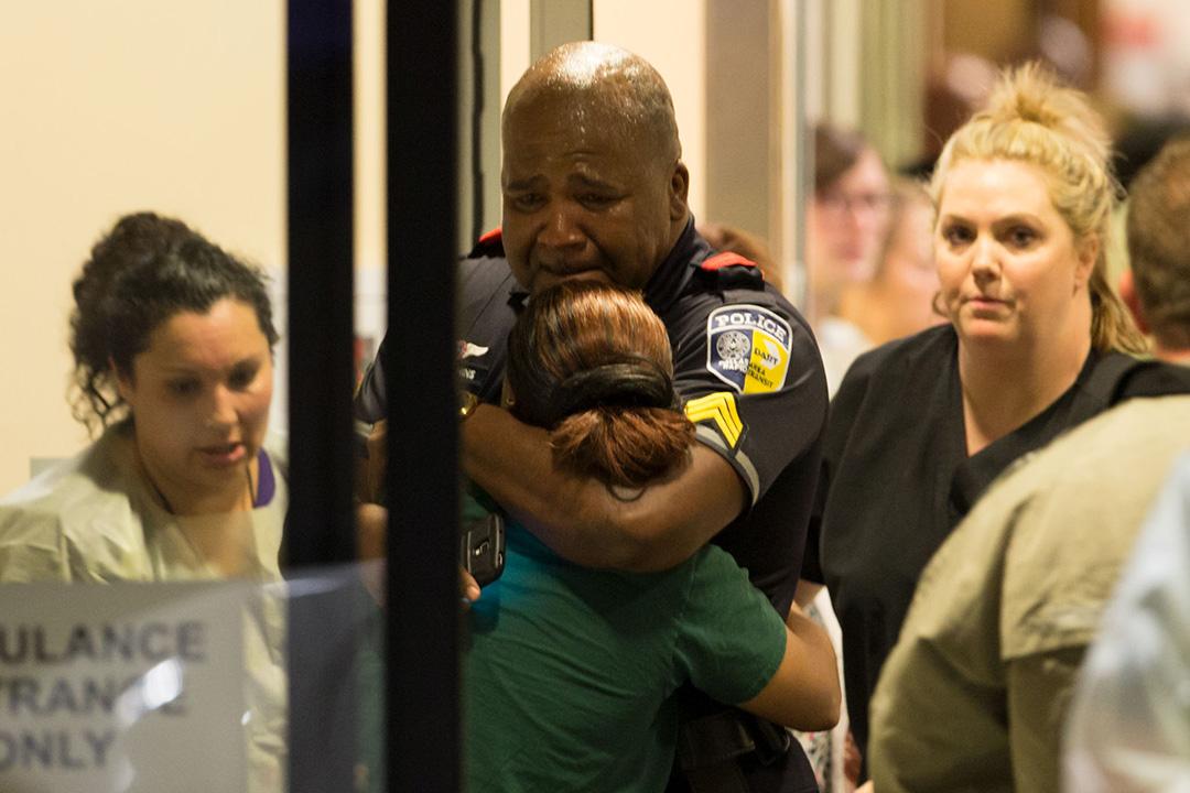 一名警察在醫院接受安慰。