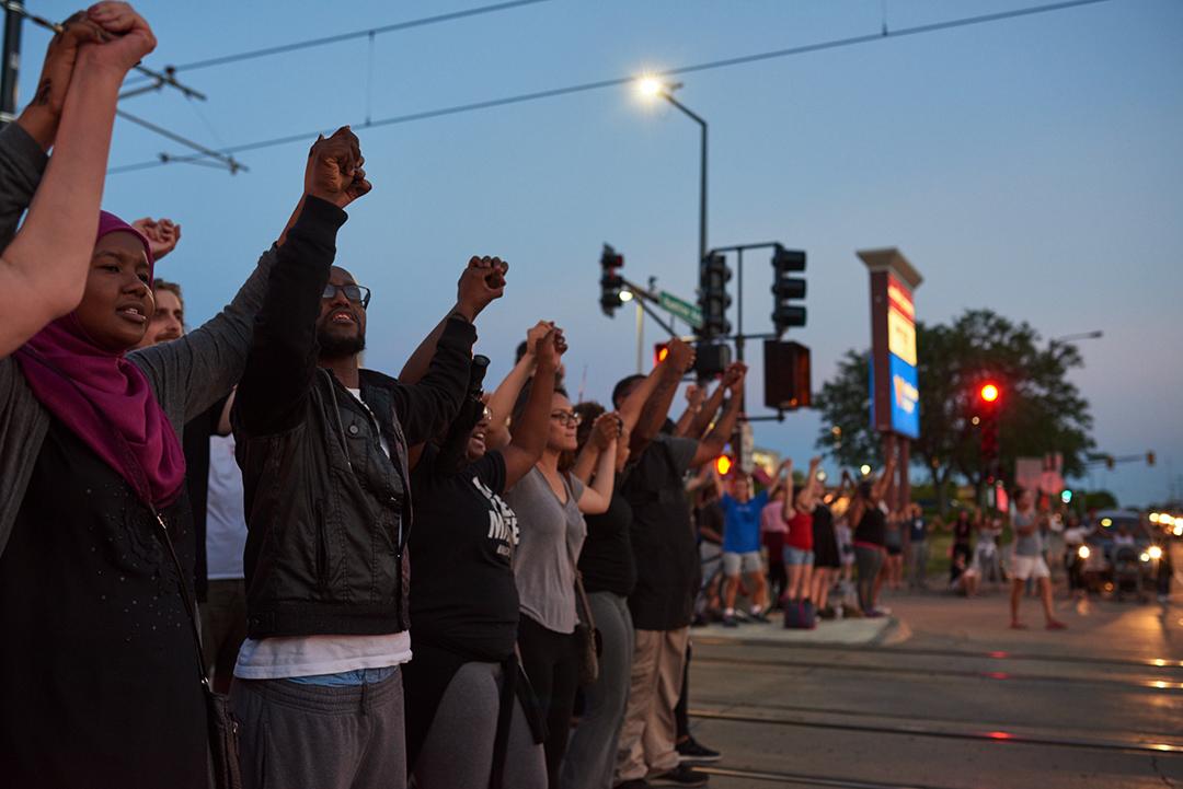 明尼蘇達州示威者在街道游行阻塞交通。