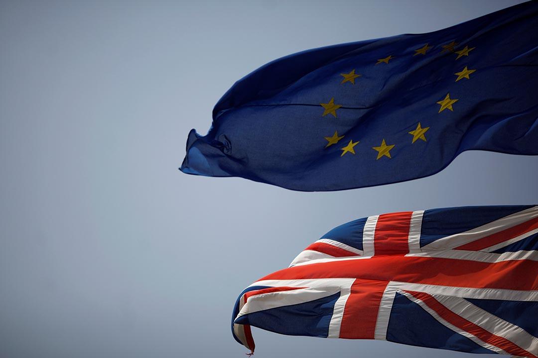 歐盟和英國旗幟。