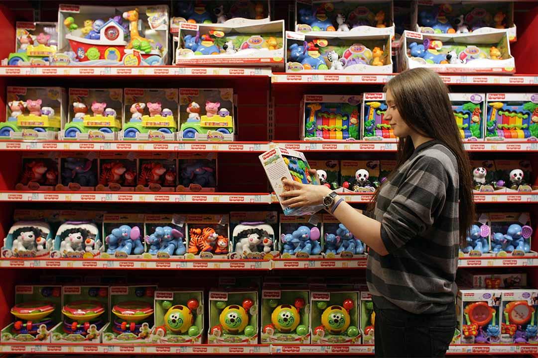 圖為英國倫敦一個女士正在揀選玩具。