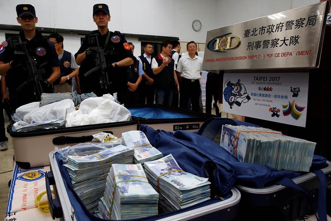 台灣警方拘捕ATM盜領案情疑犯,並起獲贓款。