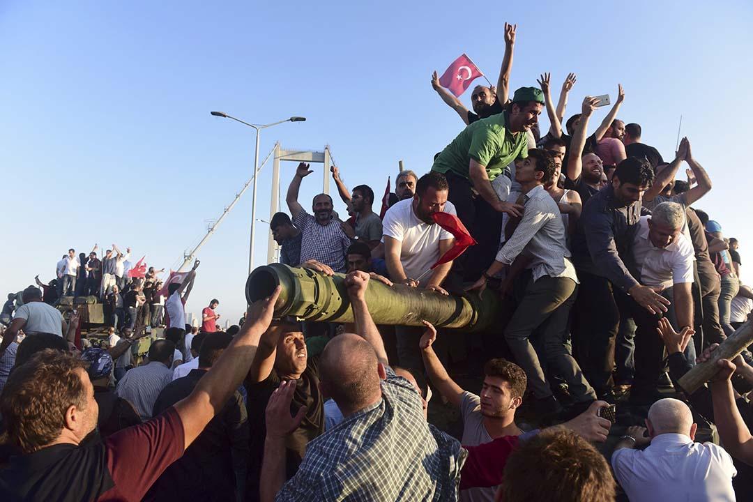 土耳其總統厄多安的支持者爬上坦克慶祝。